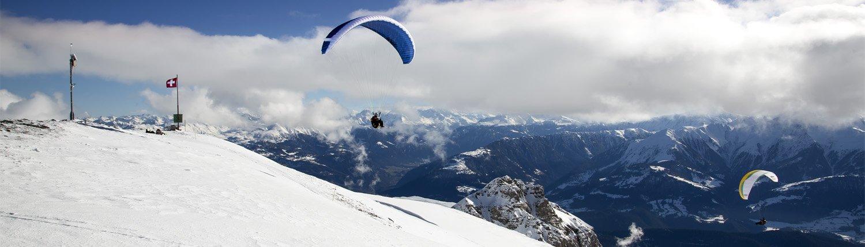 Gleitschirmflüge über verschneite Landschaften