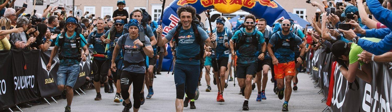 Red Bull X-Alps 2019 Start in Salzburg. Advance-Pilot Toma Coconea führt das Feld an.