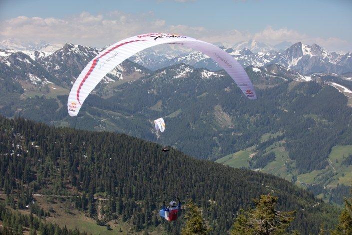 Red Bull X-Alps 2019 Prolog Maxime Pinot mit seinem Ozone Zeolite kurz nach dem Start vom Grießenkareck