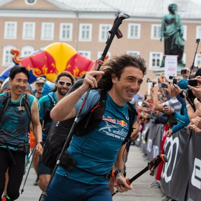Red Bull X-Alps 2019 Start am Salzburger Mozartplatz: Toma Coconea in seinem Element