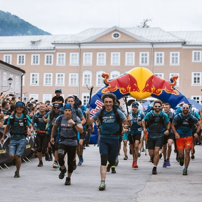 Red Bull X-Alps 2019 Start in Salzburg am Mozartplatz. Advance-Pilot Toma Coconea führt das Feld an