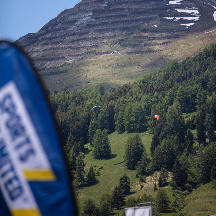 Red Bull X-Alps 2019 Chrigel Maurers tiefer Start mit seinem Omega X-Alps 3 von Davos / Parsenn