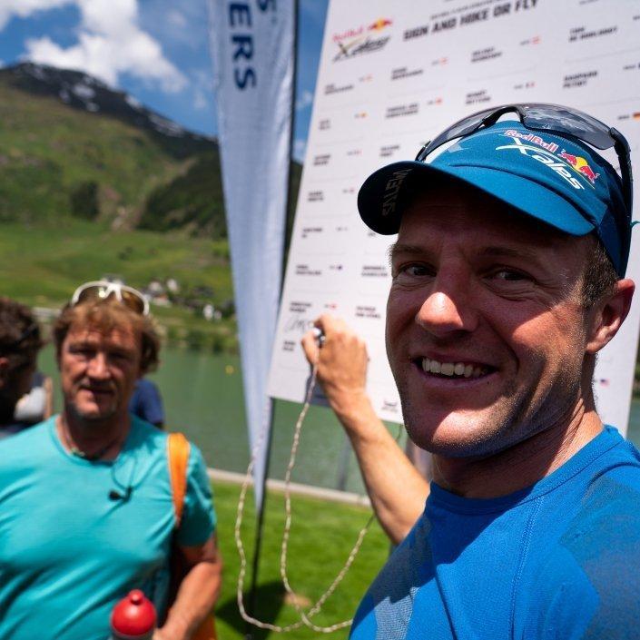 Team SUI1 - Chrigel Maurer und Andy Schäublin an der Red Bull X-Alps 2019 Turnpointtafel in Davos