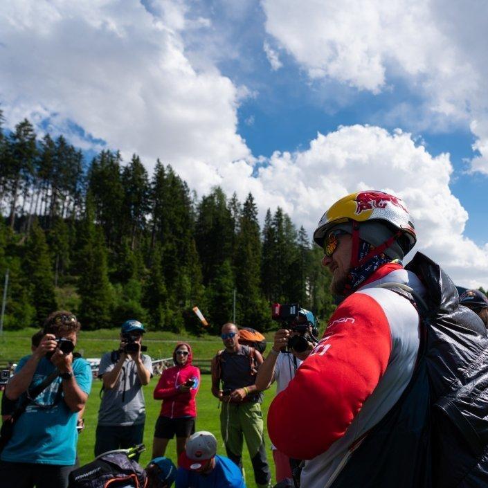 Red Bull X-Alps 2019 Begrüssung Paragliding Athlet Paul Guschlbauer am Turnpoint Davos durch Fans und Medien