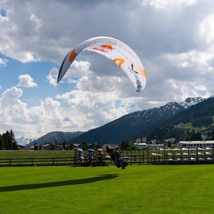 Red Bull X-Alps2019 Paul Guschlbauer mit seinem Skywalk X-Alps4 Landung am Turnpoint Davos
