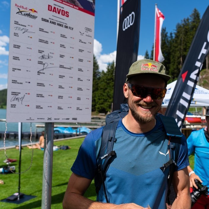 Red Bull X-Alps2019 Paul Guschlbauer an der Turnpointtafel in Davos: Sign and Hike or fly!