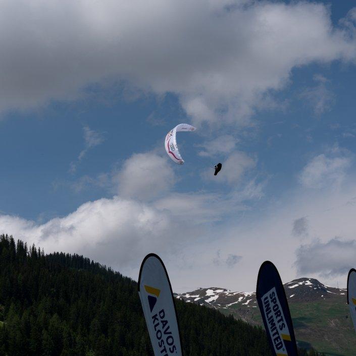 Red Bull X-Alps 2019 Anflug auf den Turnpoint Davos gemäss dem Motto Sports unlimited in Davos Klosters