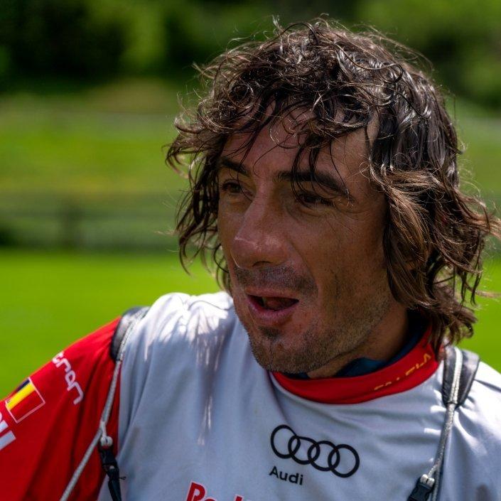 Red Bull X-Alps 2019 Toma Coconea happy nach seiner Ankunft am Paragliding Landeplatz bei Bachi's Strandbad in Davos