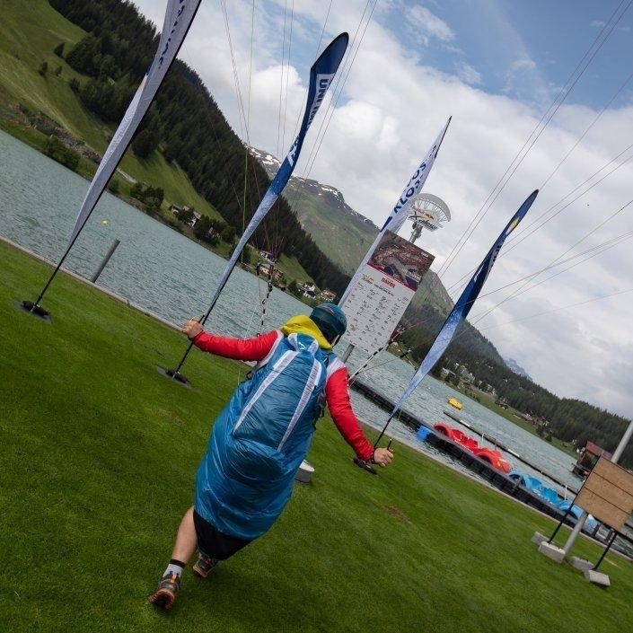 Red Bull X-Alps2019 Turnpoint Davos Evgenii Griaznov (Team Russland) direkt mit Gleitschirm (SupAir Wild) zur Turnpointtafel