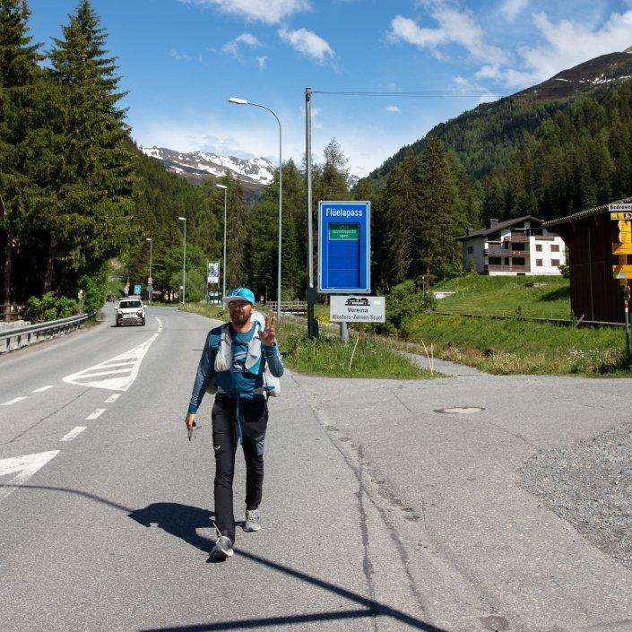Marko Hrgetic Team Croatia erreicht den Turnpoint Davos zu Fuss über den Flüelapass (Red Bull X-Alps-2019)