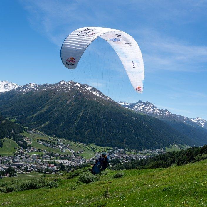 Kinga Masztalerz am Hike and Fly Start über Davos mit ihrem Supair Wild