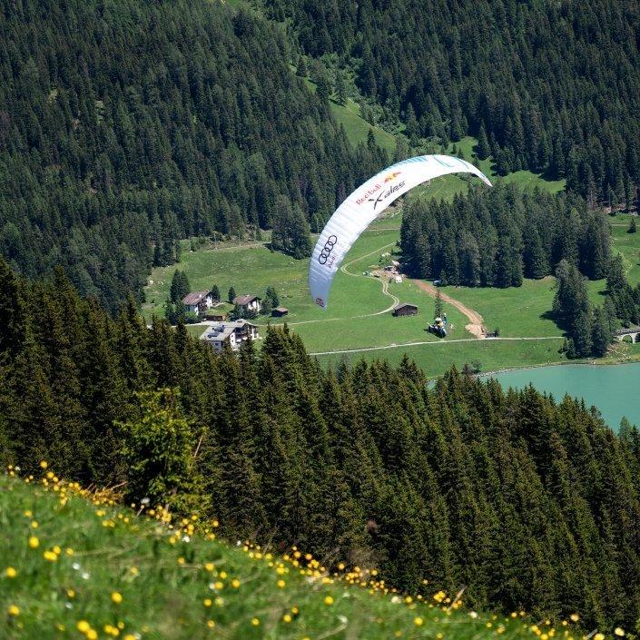 Kinga Masztalerz auf Thermiksuche über dem Red Bull X-Alps Turnpoint Davos